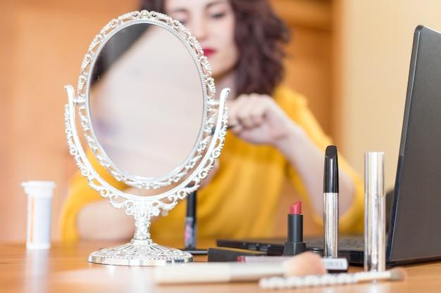 Une Blogueuse Brune Se Maquillant Photo gratuit