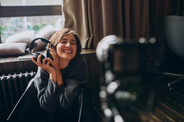 Une blogueuse vidéo en train de filmer un nouveau vlog pour sa chaîne Photo gratuit
