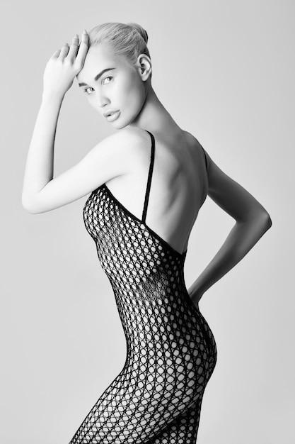 Blonde Femme Nue En Lingerie Sexy Assise Sur Le Sol. Filles Nues Parfaites De Corps Nu En Sous-vêtements érotiques Noirs En Maille. Fille Nue Posant Sur Fond Blanc Photo Premium