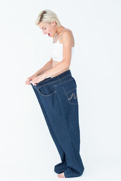 Blonde Surprise Portant Un Pantalon Trop Grand Photo Premium