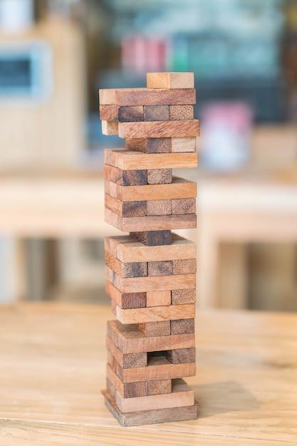 Bloque le jeu en bois (jenga) sur la table en bois Photo gratuit