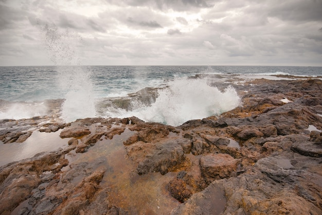 Blowhole, bufadero de la garita à telde, gran canaria, île des canaries, espagne. Photo Premium