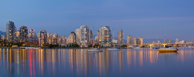 Blue hour à false creek vancouver bc canada Photo Premium