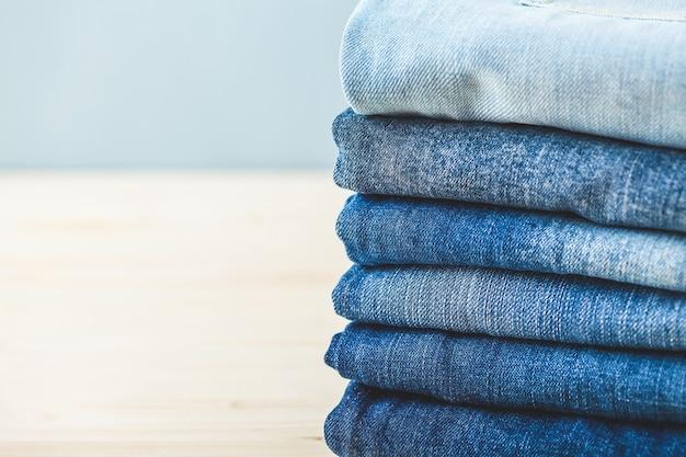 Blue jeans plié sur un fond clair copy spase Photo Premium