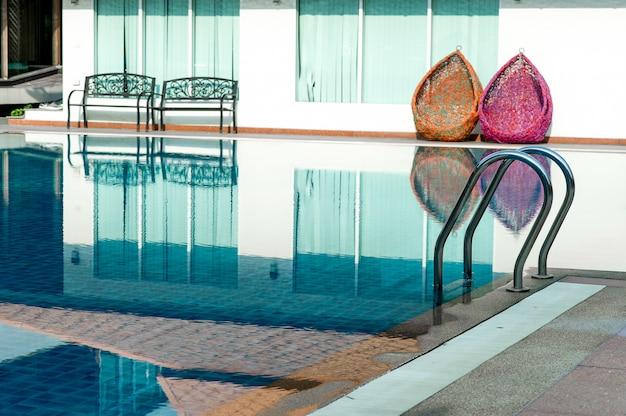 Blue swimming pool prêt à jouer à chaud pour ceux qui aiment jouer avec l'espace de copie. Photo Premium