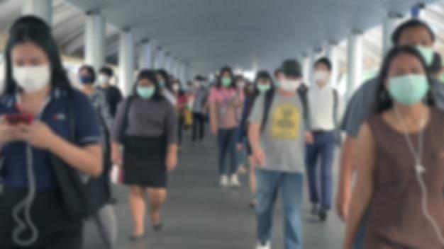 Blured Défocalisé. La Foule Porte Des Masques De Protection Pour Prévenir Le Coronavirus, Le Virus Covid 19 Pendant L'épidémie De Virus Et La Crise De Pollution De L'air Pm2.5 à L'heure De Pointe Bangkok, Thaïlande. Photo Premium