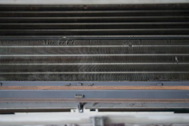 Bobine de climatiseur avec poussière pour le nettoyage Photo Premium