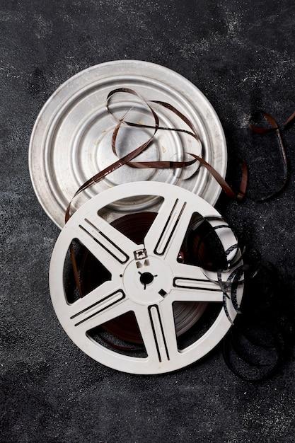 Bobine de film avec bandes négatives sur fond sombre Photo gratuit