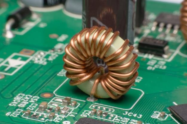 Bobines de cuivre d'inductance sur le circuit imprimé Photo Premium