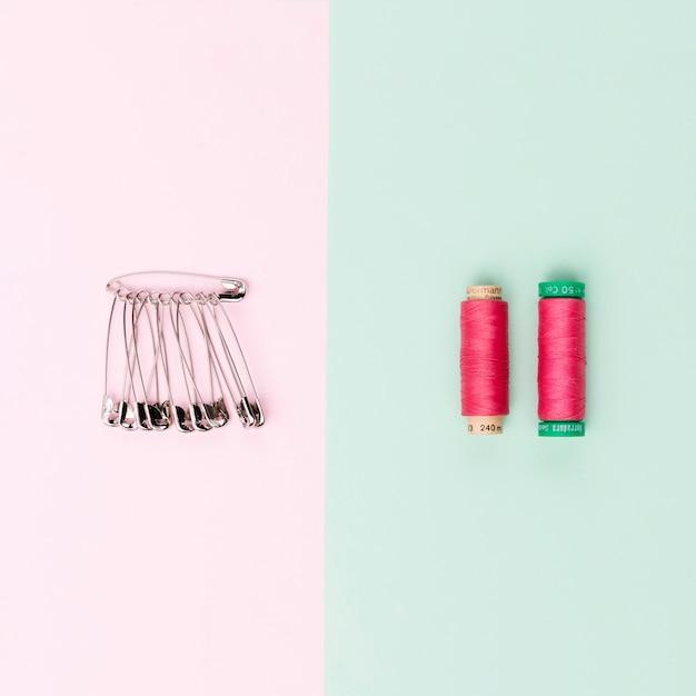 Bobines de fil avec épingles de sûreté Photo gratuit