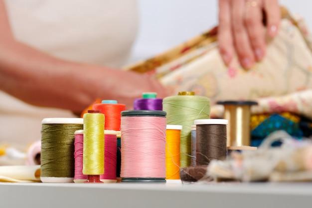 Bobines de fils colorés, couturière en bas Photo Premium