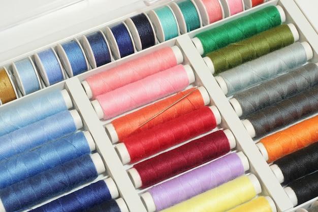 Bobines de fils à coudre colorés Photo Premium