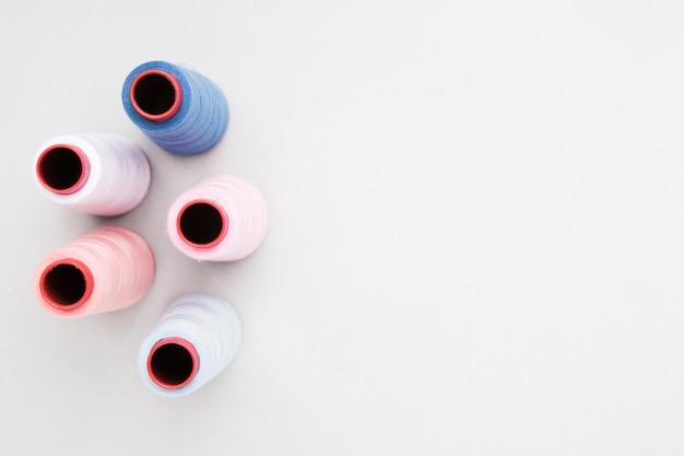 Bobines de laine sur fond blanc Photo gratuit