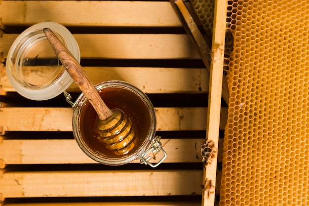 Bocal en verre vue de dessus plein de miel Photo gratuit
