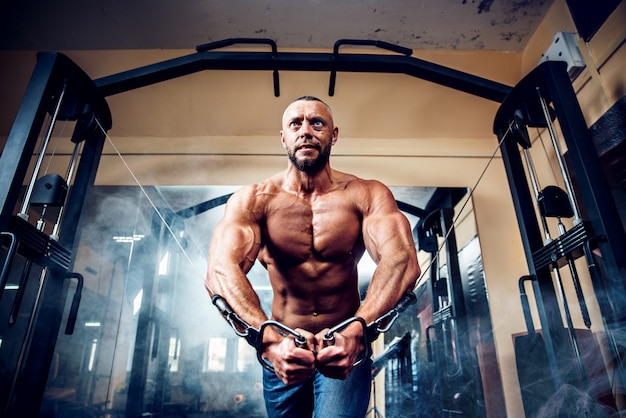 Bodybuilder Fort Faisant Des Exercices Au Gymnase Photo Premium