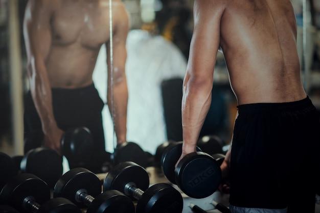 Bodybuilder fort avec des muscles deltoïdes parfaits Photo gratuit