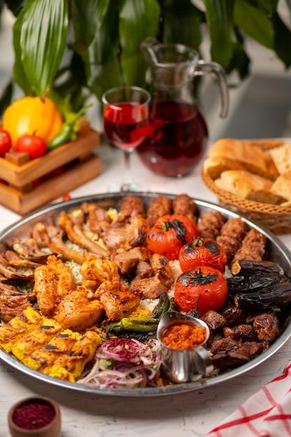 Boeuf, brochette de poulet, barbecue avec pommes de terre rôties et grillées, tomates et riz. Photo gratuit