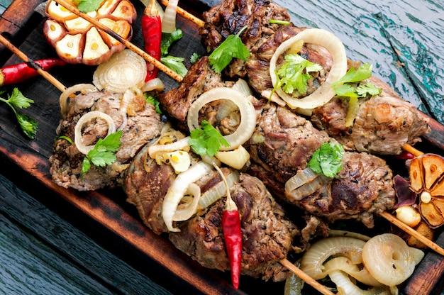Bœuf grillé sur des brochettes de bambou Photo Premium