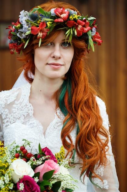 Boho Mariée Aux Cheveux Rouges Avec Des Fleurs Photo Premium