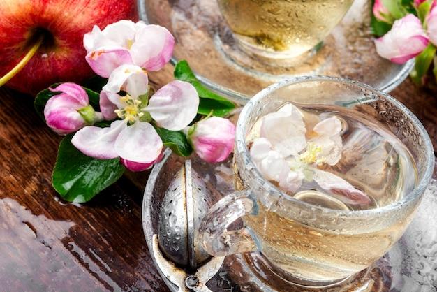 Boire Du Thé Aux Pommes Photo Premium