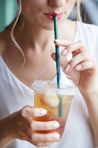 Boire du thé glacé Photo gratuit