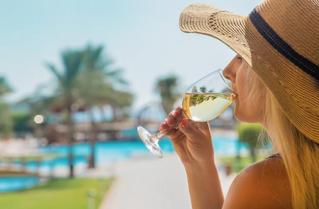 Boire du vin à la mer Photo Premium