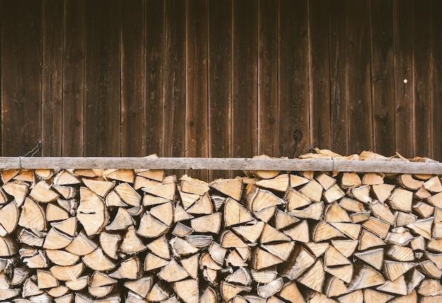 Bois De Chauffage Empilé Devant Une Cabane En Bois Dans Les Alpes Bavaroises. Photo gratuit