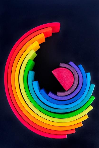 Bois de couleur arc-en-ciel. ensemble de jouets éducatifs en forme d'arc-en-ciel Photo Premium