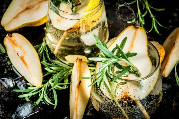 Boisson alcoolisée, cocktail de poire sucrée au rhum, liqueur, anis et romarin Photo Premium
