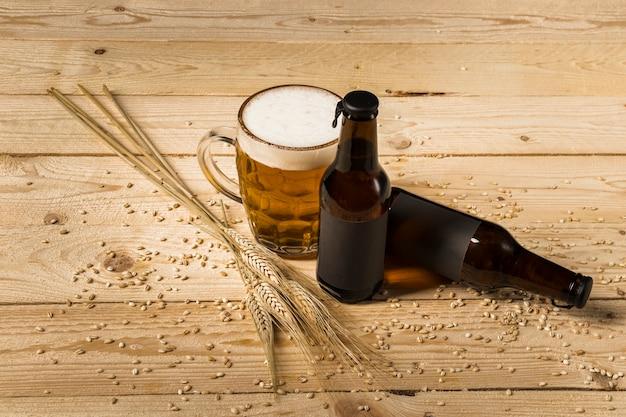 Boisson Alcoolisée Et épis De Blé Sur Une Surface En Bois Photo gratuit
