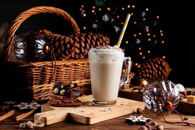Boisson Au Chocolat Chaud Avec De La Crème Fouettée. Composition De Noël Confortable Sur Un Fond En Bois Foncé. Friandises Sucrées Pour Les Froides Journées D'hiver. Photo Premium
