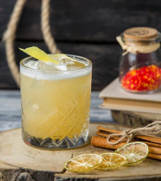 Boisson au citron avec des glaçons garnie de zeste de citron Photo gratuit