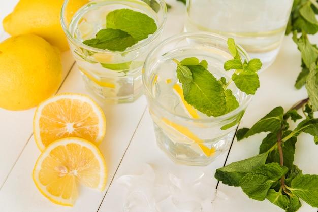 Boisson au citron à la menthe dans des verres Photo gratuit
