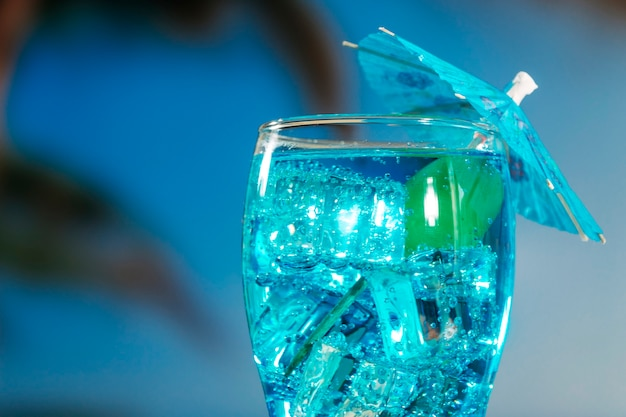 Boisson bleue à la menthe dans un verre décoré parapluie Photo gratuit