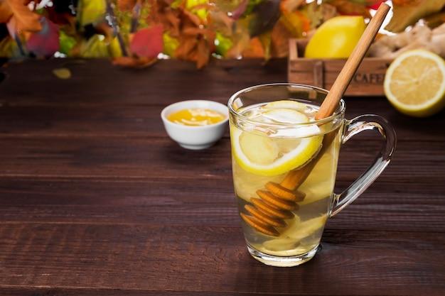 Boisson chaude au thé en automne avec gingembre, miel et citron en verre Photo Premium