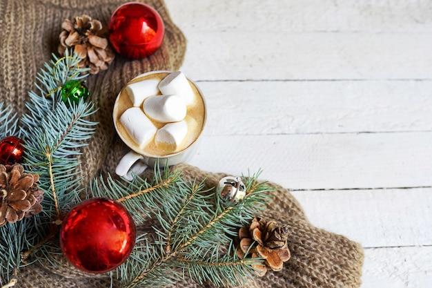 Boisson Chaude D'hiver. Chocolat Chaud De Noël Ou Cacao à La Guimauve Sur Fond Blanc Avec Des Jouets De Noël Rouges Et Des Pins. Vue De Dessus Avec L'arrière-plan De L'espace De Copie Photo Premium
