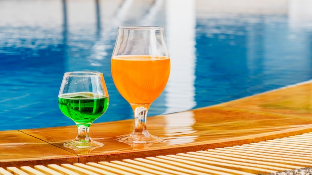 Boisson d'été cocktail coloré à la piscine Photo Premium