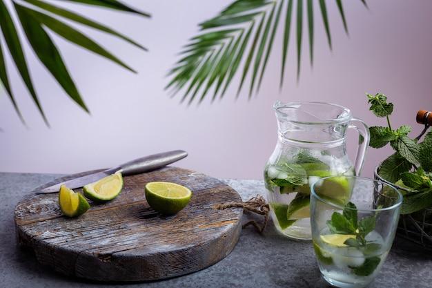 Boisson d'été, limonade au citron et menthe Photo Premium