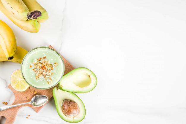 Boisson d'été saine, smoothie avocat et banane au citron vert, granola et lait de coco Photo Premium
