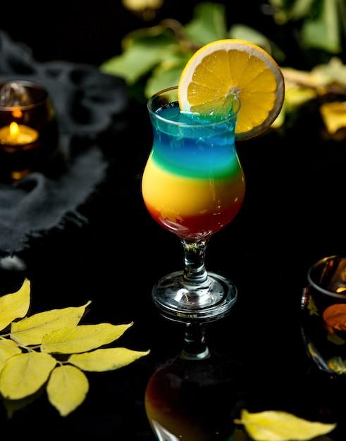 Boisson froide multicolore avec une tranche d'orange Photo gratuit