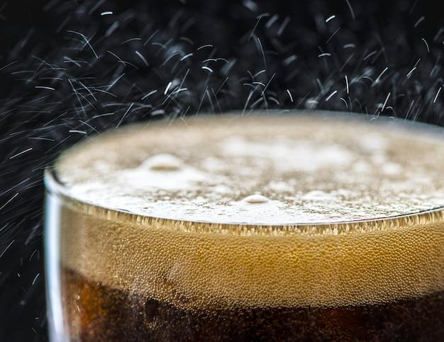 Une boisson gazeuse au cola pétillante Photo gratuit