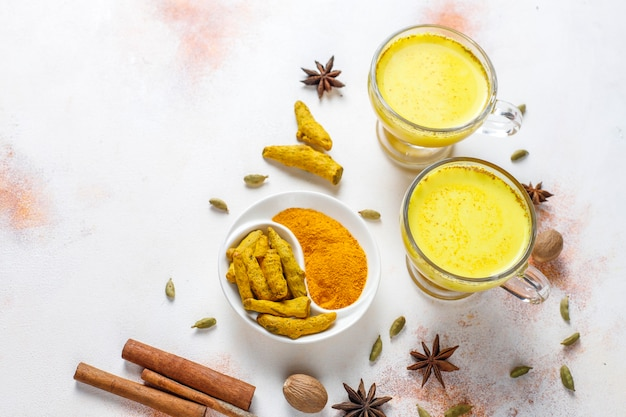 Boisson Indienne Traditionnelle Au Curcuma Au Lait Doré. Photo gratuit