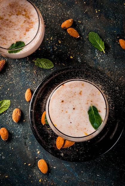 Boisson Indienne Traditionnelle, Nourriture Du Festival Holi, Boisson Au Lait Thandai Sardai Avec Noix, épices, Menthe. Fond Bleu Foncé, Espace Copie Photo Premium