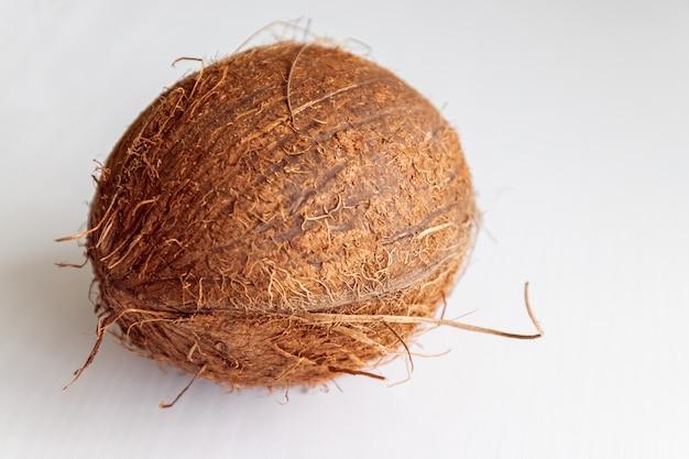 Boisson. noix de coco sur la table Photo Premium