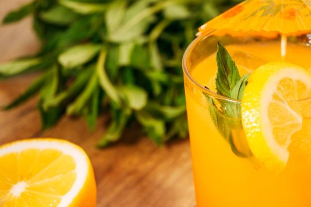 Boisson orange avec une tranche de citron Photo gratuit