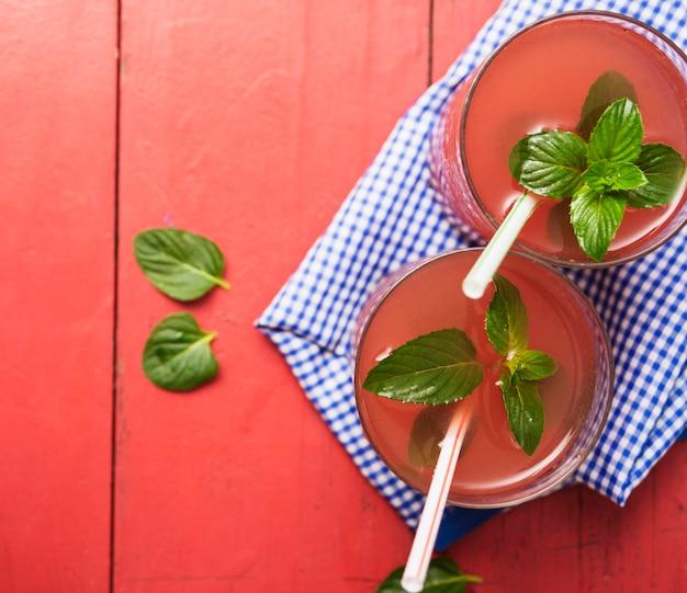 Boisson rouge rafraîchissante aux herbes Photo gratuit