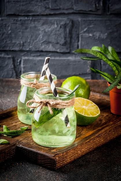 Boisson saine de désintoxication, aloe vera ou jus de cactus à la lime Photo Premium