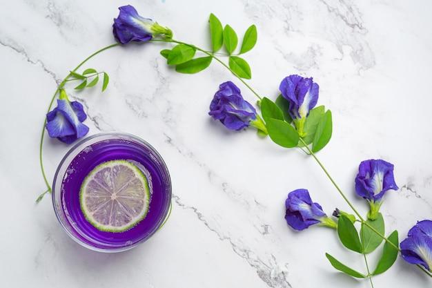 Boisson Saine, Thé Aux Fleurs De Pois Bleu Bio Au Citron Et Citron Vert. Photo gratuit
