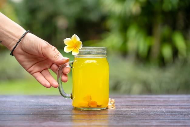 Boisson Tonique énergétique Au Curcuma, Gingembre, Citron Et Miel Dans Une Tasse En Verre Photo Premium