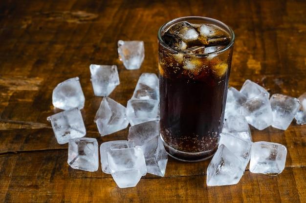 Boissons au cola, boissons gazeuses noires et glace rafraîchissante Photo Premium